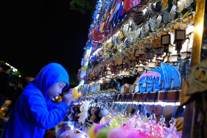 Hàng quà tặng ở Đà Lạt nhưng nhiều du khách nói cũng thấy có ở tận Mai Châu?-Ảnh: Mai Vinh