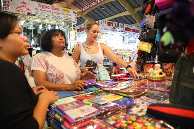 Du khách nước ngoài luôn chọn chợ Bến Thành là điểm đến tìm kiếm món hàng quà tặng ý nghĩa cho chuyến đi. -Ảnh: Hữu Khoa