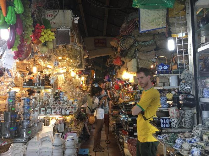 Du khách thích thú với sự đa dạng của hàng quà tặng ở chợ Bến Thành, nhưng không ít người ngại phải trả giá vì nói thách